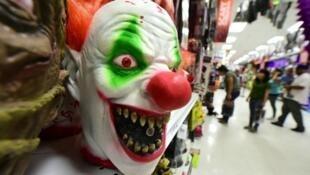 قناع مرعب يباع في متجر في كاليفورنيا، الولايات المتحدة