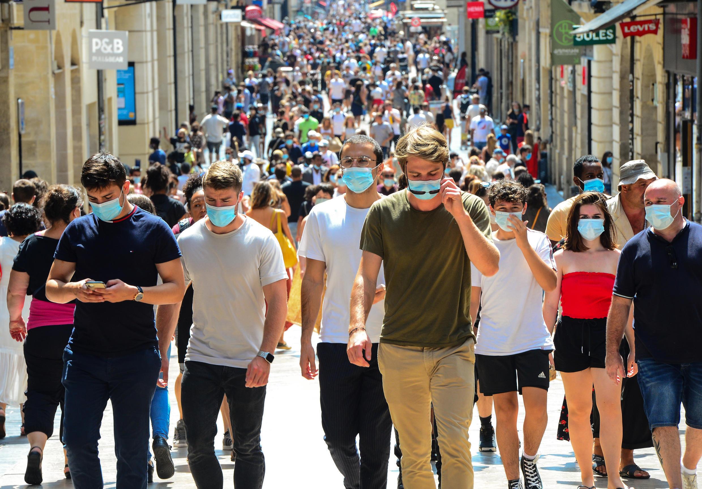 Des passants dans la principale artère commerçante de Bordeaux, la rue Sainte-Catherine, où le port du masque est obligatoire depuis le 15 août 2020.