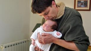 Les signataires réclament l'instauration d'un congé paternité obligatoire, à l'image de celui des femmes.
