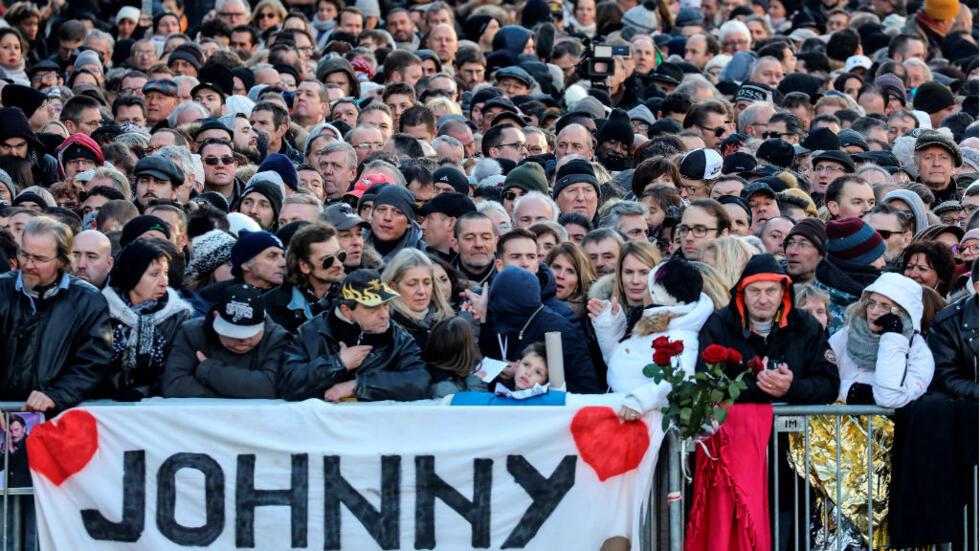 Miles de fanáticos de Johnny Hallyday se reunieron frente a la Iglesia Madeleine para rendir tributo al cantante.