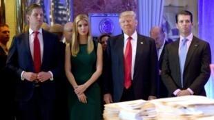 الرئيس الأمريكي دونالد ترامب وابنته إيفانكا وابناه دونالد جونيور (يمين) وإريك في 11 كانون الثاني/يناير 2017