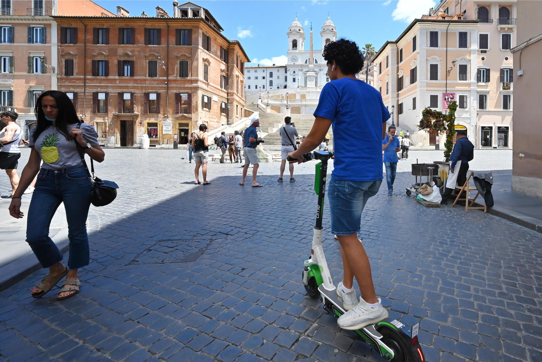 Un joven cruza en patinete la Plaza de España de Roma el 22 de junio de 2020