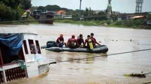 عمال الإغاثة يواصلون عمليات البحث عن ناجين في غرق سفينة في تايلاند