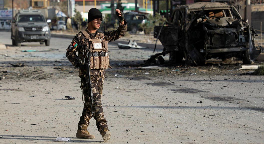 Fuerzas armadas inspeccionan el área donde se registró un ataque suicida, en Kabul, Afganistán, el 13 de noviembre de 2019.