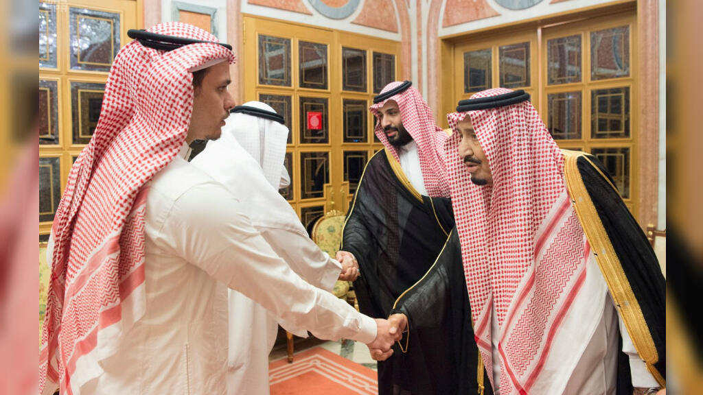 El Rey Salman bin Abdulaziz Al Saud de Arabia Saudita, el Príncipe heredero Mohammed bin Salman reciben a la familia del periodista asesinado Jamal Khashoggi en Riad, Arabia Saudita el 23 de octubre de 2018.