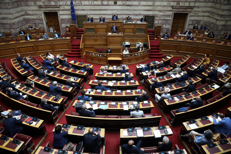 رئيس الوزراء اليوناني كيرياكوس ميتسوتاكيس يتحدث خلال جلسة برلمانية حول اتفاق تقسيم الحدود البحرية مع مصر في البحر المتوسط، في البرلمان في أثينا، اليونان، 26 أغسطس/ آب 2020.