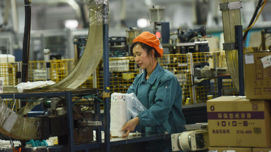 Una empleada empaqueta tazones de papel en una fábrica en Hangzhou, en la provincia de Zhejiang, este de China, el 21 de enero de 2019. La economía de China creció a su ritmo más lento en casi tres décadas en 2018,en medio de la guerra comercial de Estados Unido