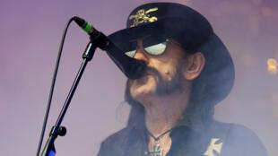 """Ian """"Lemmy"""" Kilmister, chanteur, bassiste et fondateur du groupe Motörhead au festival de Glastonbury, le 26 juin 2015."""