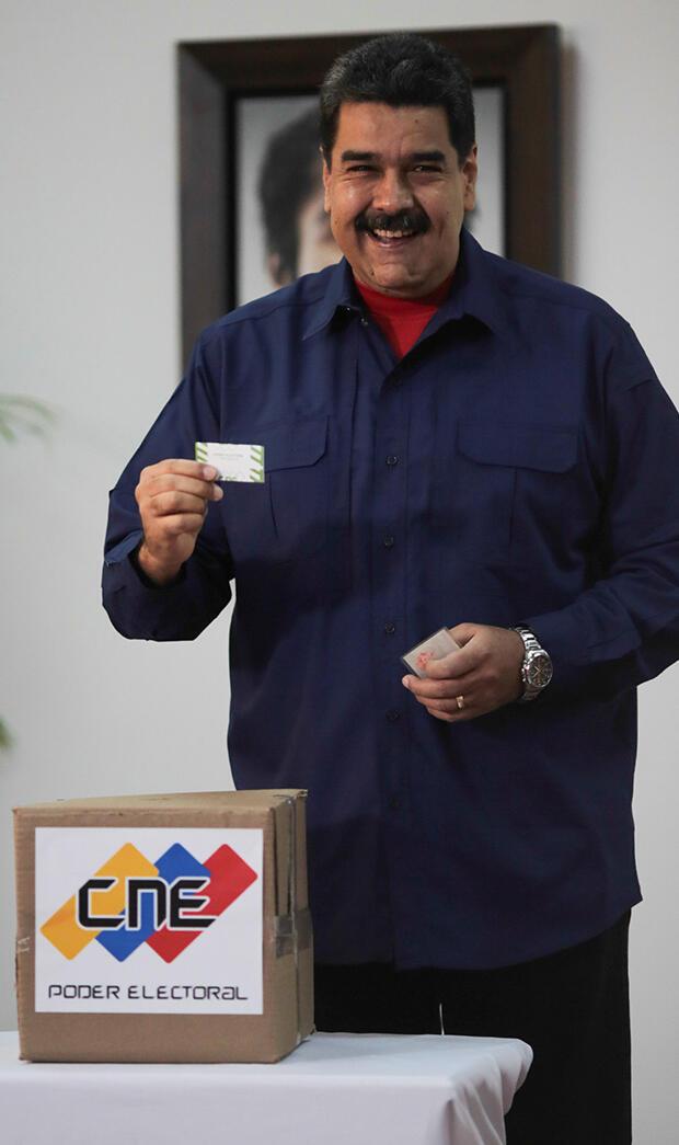 El presidente de Venezuela, Nicolás Maduro, presenta su voto en una mesa de votación durante una elección nacional para nuevos alcaldes, en Caracas, Venezuela 10 de diciembre de 2017.