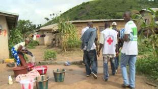L'ONG Médecins sans frontières peine à faire face à l'épidémie d'Ebola en Afrique de l'Ouest.