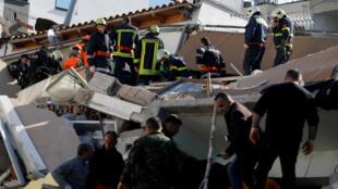 El personal de emergencia trabaja en el sitio del edificio derrumbado en Durres, después de que un terremoto sacudió Albania, el 26 de noviembre de 2019.