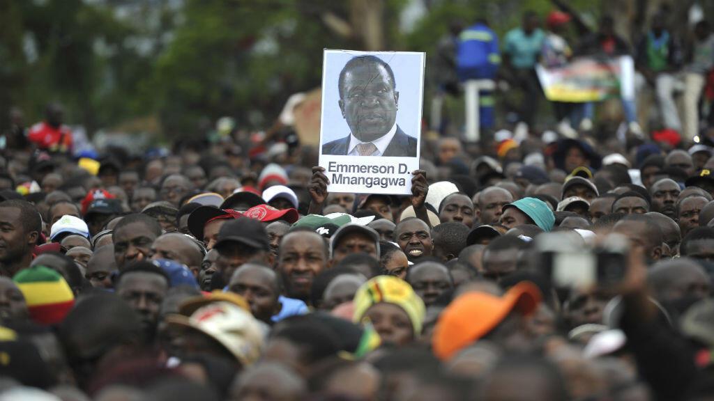 Des manifestants brandissent un portrait de Emmerson Mnangagwa dans les rues de Harare lors d'une manifestation le 18 novembre 2017.