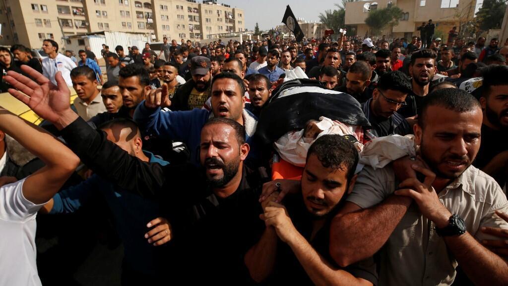Miembros de la Yihad Islámica llevan el cuerpo del militante palestino Abdullah al-Belbasi durante su funeral en el norte de la Franja de Gaza, falleció tras un ataque israelí.