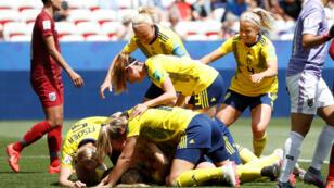 La Suédoise Linda Sembrant célèbre son but, marqué à la sixième minute, avec ses coéquipières pendant le match face à la Thaïlande, au stade de Nice le 16 juin.