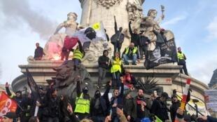 Des manifestants à Paris contre la réforme des retraites, mardi 17 décembre 2019.