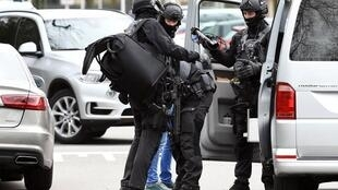 عناصر شرطة هولنديين يفتشون سيارة بمدينة أوتريخت - 18 مارس/آذار 2019