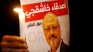 Un manifestante sostiene un cartel con una foto del periodista saudita Jamal Khashoggi en el exterior del consulado de Arabia Saudita en Estambul, Turquía, 25 de octubre de 2018.