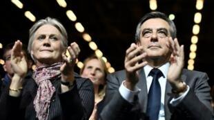 François et Penelope Fillon lors d'un meeting à Paris, le 25 novembre 1016