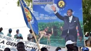 مناصرون لديبي يحملون صورته خلال مهرجان انتخابي في نجامينا