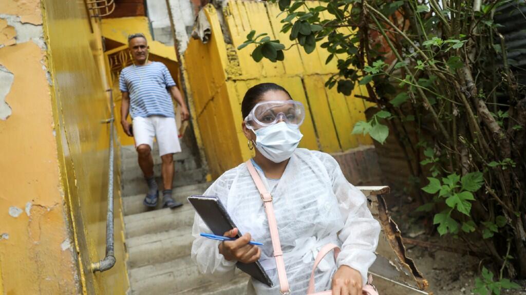 Una doctora sale de una casa tras una consulta médica en el barrio de bajos ingresos de Las Mayas, en Caracas, Venezuela. El 14 de julio de 2020.