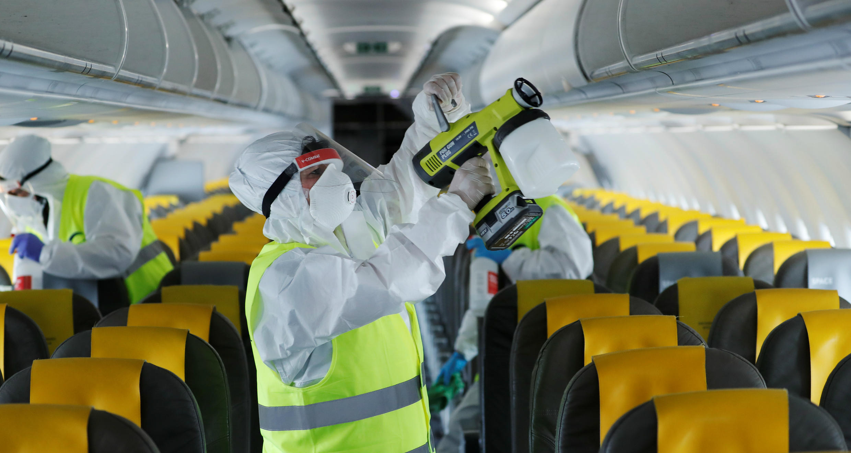 Trabajadores de la compañía Vueling desinfectan un avión para su próxima puesta en funcionamiento a partir del 6 de junio tras la reactivación de los vuelos entre Europa y el resto de la Unión Europea. Roma, Italia, el 4 de junio de 2020.
