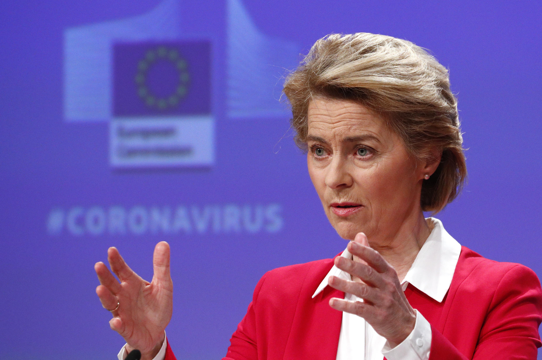 Ursula von der Leyen habla durante la rueda de prensa en que explicó las medidas de la Comisión Europea para limitar el impacto económico de la pandemia del coronavirus, el 2 de abril de 2020 en Bruselas