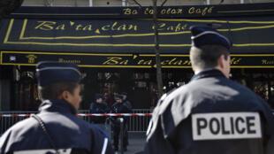 Des policiers devant le Bataclan, le 17 mars 2016.