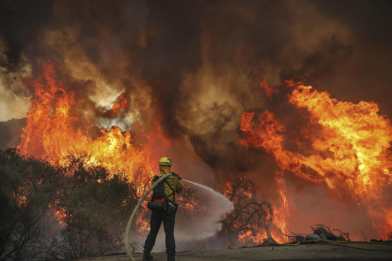 Bomberos del condado de San Miguel luchan contra un incendio a lo largo de Japatul Road en medio del llamado Valley Fire en Jamul, California