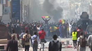 صورة من المظاهرات العنيفة في شوارع داكار.
