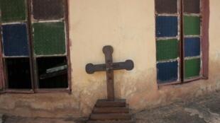 صليب مكسور أمام كنيسة نيمبو في جنوب شرق نيجيريا في 5 أيار/مايو 2016
