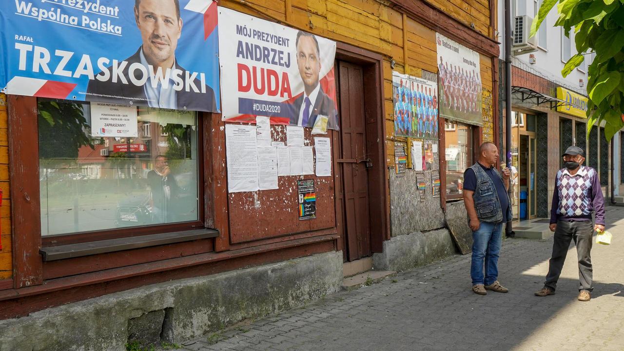 إعلانات انتخابية في شارع في مدينة راتشاز البولندية في 09 يوليو/تموز 2020.