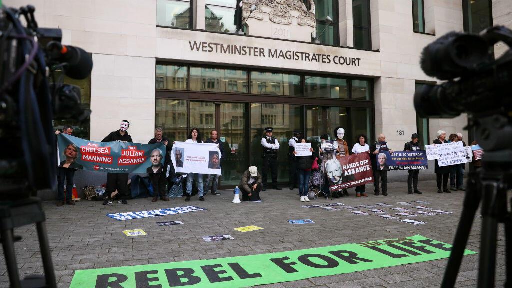 Manifestantes protestan frente al Tribunal de Magistrados de Westminster, en Londres, Gran Bretaña, el 14 de junio de 2019.