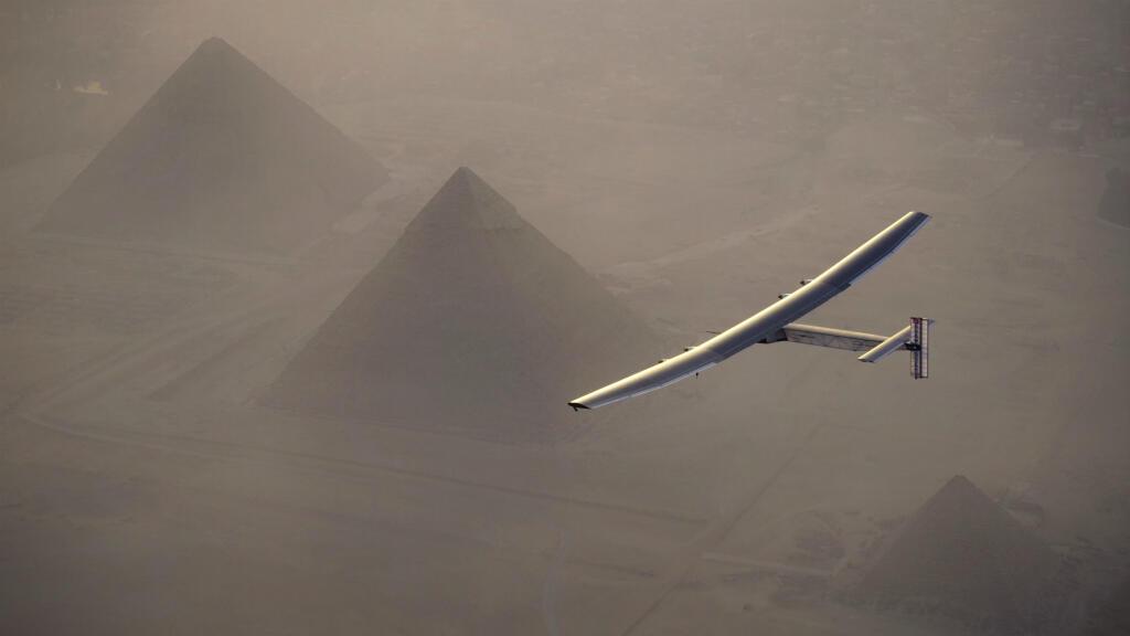 Solar impulse 2, piloté par le Suisse André Borschberg, a survolé la pyramide de Khéops en Égypte, le 13 juillet 2016.