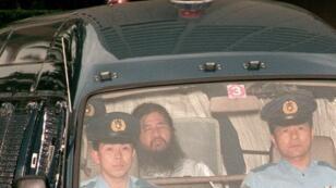 الزعيم السابق لجماعة أوم شوكو أساهارا أثناء اعتقاله من قبل الشرطة  19 يوليو عام 1995