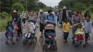 Miembros de la caravana migrante siguen su camino por el municipio de Sayula de Alemán, en el estado de Veracruz, el sábado 3 de noviembre de 2018.