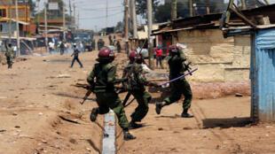 La policía antidisturbios intenta dispersar a los manifestantes en Kawangware, Nairobi.