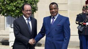 Le président François Hollande et son homologue congolais sur le perron de l'Élysée, le 7 juillet 2015.