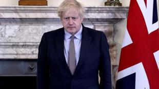 رئيس الوزراء البريطاني بوريس جونسون خلال دقيقتي صمت في الذكرى 75 ليوم النصر في الحرب العالمية الثانية، داونينغ ستريت، لندن، 8 أيار/مايو 2020