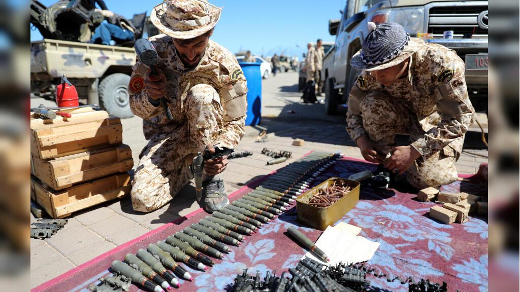 Miembros de las fuerzas de Misrata, bajo la protección de las fuerzas de Trípoli, se preparan para ir a la línea del frente en Trípoli, Libia, el 8 de abril de 2019.