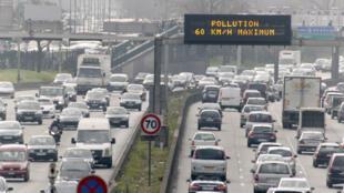 La maire socialiste de Paris veut interdire totalement les véhicules diesel dans la capitale française d'ici à 2020.