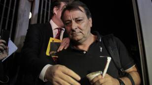 Cesare Battisti quittant le siège de la police fédérale, à Sao Paulo, dans la nuit du 12 au 13 mars.