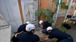 Un grupo de trabajadores abre una tumba del cementerio del Vaticano para verificar la presencia de los restos de Emanuela Orlandi.