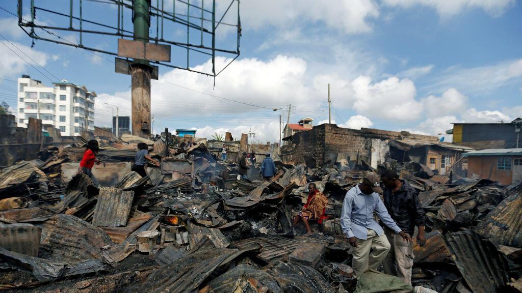 En sectores contiguos a Kawangware, en Nairobi, ciudadanos caminan entre lo que quedó de sus propiedades incineradas por los manifestantes en las últimas horas.