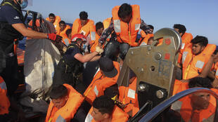 """قسم من المهاجرين الذين انقذتهم سفينة """"اوشن فايكينغ"""" في 25 حزيران/يونيو 2020"""