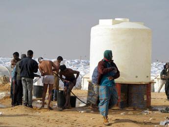 C'est l'heure de la toilette pour ces quelques réfugiés.(Crédit photo : Marie Valla / FRANCE 24)