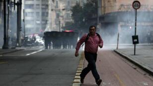À Sao Paulo, la police a utilisé du gaz lacrymogène contre les manifestants, vendredi 28 avril 2017.