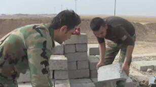 Près de Bachika, des combattants kurdes érigent une ligne de démarcation qui ressemble de plus en plus à une frontière.