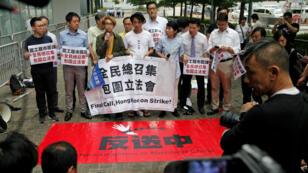 Manifestantes a favor de la democracia protestan frente al edificio del Consejo Legislativo en Hong Kong, China, el 11 de junio de 2019.
