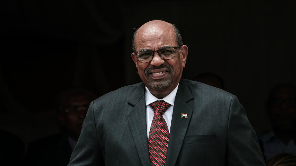 الرئيس السوداني عمر البشير قبيل لقائه ضباط الشرطة في الخرطوم. 30 كانون الأول/ديسمبر 2018.
