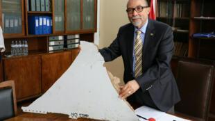 """Le président de l'Institut de l'aviation civile du Mozambique, Joao de Abreu, le 3 mars 2016 à Maputo, tenant un débris """"presque certainement issu du MH370""""."""